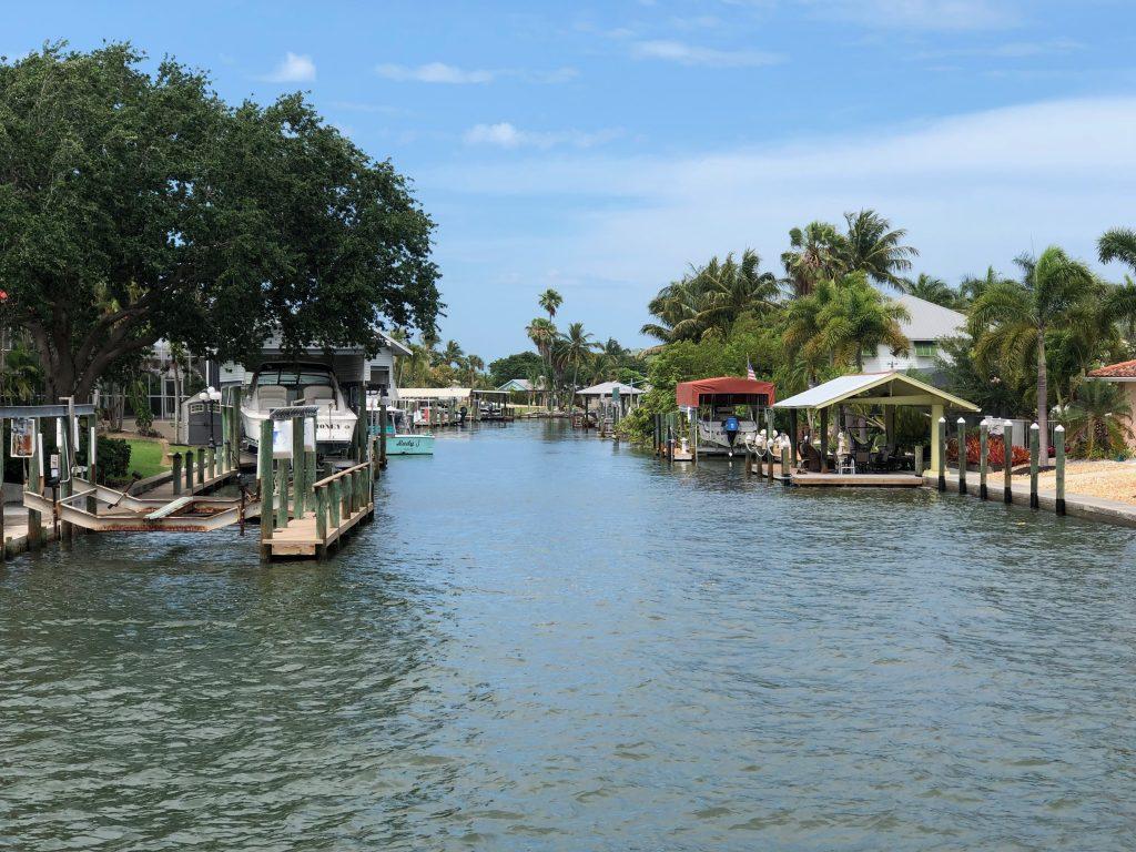 Ein Bild, das Wasser, draußen, Boot, Dock enthält.  Automatisch generierte Beschreibung